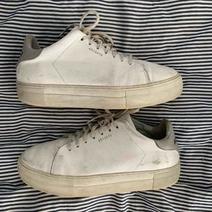 Sneakers från Axel Arigato! Extremt slitna (inte tvättade.) Kan skicka med skokartong! Köparen står för frakten💖💖💖💖