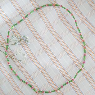 Säljer jättefina handgjorda smycken. Kontakta mig för egen beställning.  Armband: 30kr Halsband: 60kr örhängen: 20kr Halsband med elastisk tråd och utan spänne: 50kr