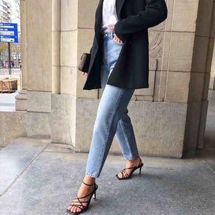 Populära Kimomo jeans från monki, momjeans. Säljer pga försmå, hann bara använda en gång :( i nyskick! Straight leg, ingen stretch, hög midja. (Första bilden är lånad!) Nypris: 400 ❣️ +60kr i frakt