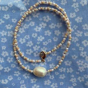 Säljer jättefina handgjorda smycken. Kontakta mig för egen beställning.  Armband: 30kr Halsband: 60kr örhängen: 20kr
