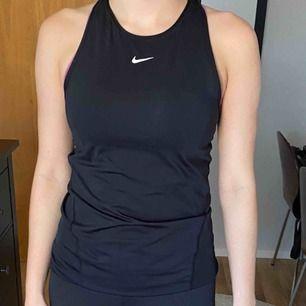 Snyggt träningslinne från Nike men som inte kommer till användning. Endast använd 2 gånger så i nyskick! Frakt tillkommer😊