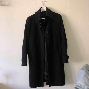 Jätte fin klassisk jacka, svart, stilren jacka. Verkligen en investering i garderoben. Kan gå ner något i pris🖤