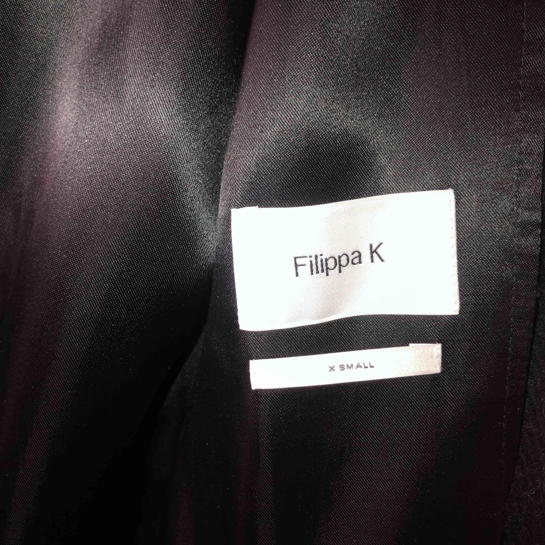 Jätte fin klassisk jacka, svart, stilren jacka. Verkligen en investering i garderoben. Kan gå ner något i pris🖤. Jackor.