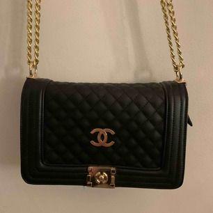 AAA-kopia av Chanel väska. SUPER fint skick då den aldrig är använd. Köpt för 800kr