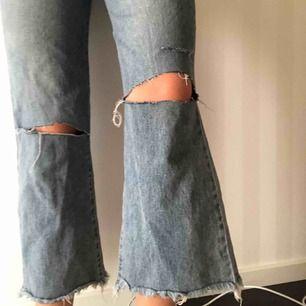 Skitsnygga blå vida jeans med hål i knäna. Perfekt skick, skriv för fler bilder