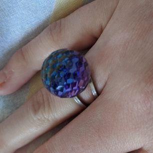 En ring med en kula som skiftar färg beroende på vinkeln! Riktigt cool✋