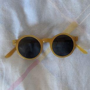 Ett par riktigt hippa solglasögon köpta på loppis🌞