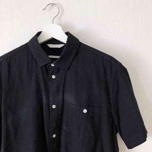 Sjukt snygg kortärmad skjorta från Volt. Köparen betalar frakt