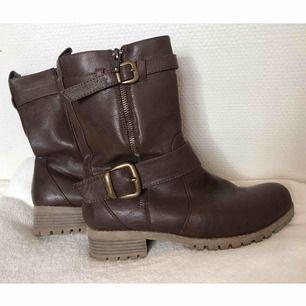 Super fina skor från vox i storlek 39! Bra skick. Köparen står för frakten men kan även mötas upp i Uppsala, Knivsta eller Sigtuna. Tveka inte att fråga mig om något! 🥾