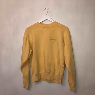 Fin hoodie pastell gul och fin nu på våren💛