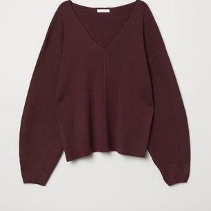 Helt oanvänd lila stickad tröja från HM, lite ballongärmar. Den är mörkt lila, på gränsen till vinröd irl, vet att den ser lite brun ut på bilden ❣  Nypris: 299 kr
