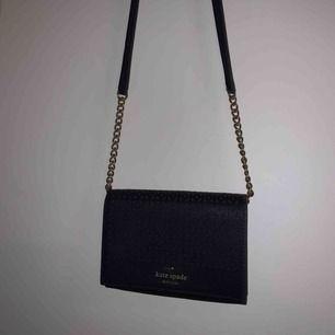 """En så fin väska ifrån Kate Spade. Köpt i New York! Så fin marinblå väska med ett """"ihåligt mönster"""" med guldiga kedjedetaljer. Perfekta lilla väskan🤩"""