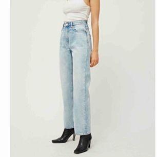 Ett par blå jeans från Weekday i modellen Voyage, användna men i bra skick. Frakt tillkommer men det går lika bra att mötas upp centralt i Stockholm:)