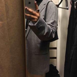 Denna sjukt snygga kavajen🥰💘💕💗 den är oversized och sjukt snygg att ha över en hoodie!
