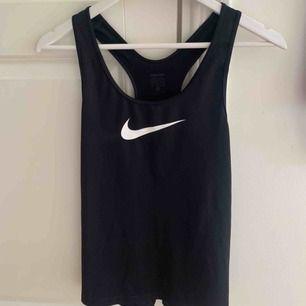 Tränings linne från Nike använt 2-3 gånger, skulle säga att den är mer som en L i storlek   100kr + ev frakt    Köpt är köpt