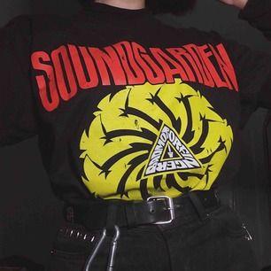 såå snygg soundgardentröja som knappt används då jag inte är ett så stort fan av deras musik :/ har tryck på både fram och baksidan, frakt på 50kr tillkommer!