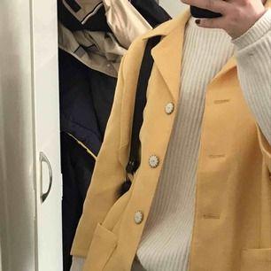 En jättefin gul blazer med tre-kvartsärmar, frakt tillkommer💌