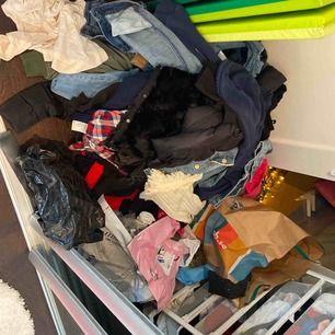 Nu rensar jag min gardiob och kommer ut med mycket kläder nu!! In och titta mina kläder jag säljer och kommer lägga till bilder på de flesta kläderna jag redan säljer så in och titta om typ 1-2 timmar!