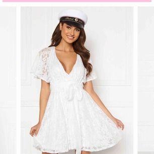 En helt ny klänning, provad en gång. Säljs eftersom den inte passar. Väldigt fin modell. Frakt 62kr