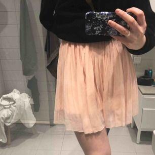 Supersöt rosa veckad kjol från nakd. Köpt för 1 år sedan, bra skick. Nypris: 400 Säljer för: 200 kr Frakt tillkommer!💞