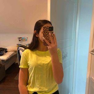 En jättefin grön/gul t-short köpt i sommras och matchade fint till jeans! Passar XXS-S Frakt tillkommer