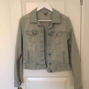 Ljusblå jeansjacka från H&M. Använd endast en gång sen hängt i garderoben. Frakt ingår inte, filmar när jag postar.