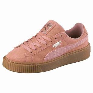 PUMA suede platform animal! Rosa/korall färgare mocka skor med hög brun sula. Använda men bra skick. Nypris ca 500, säljer för 280kr + 95kr frakt🌸