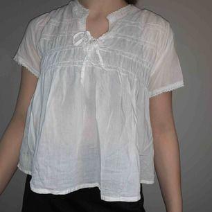 Ja Säljer en superfin vit blus, säljer pågrund av att det inte riktigt är min stil 🌙✨ kan mötas upp i Borås annars blir det + frakt