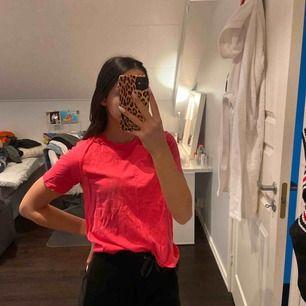 En rosa fin ny t-shirt köpt nyss bara inte använd! Passar XXS-S Sitter fint och bekvämt