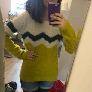 Jättefluffig långärmad tröja i storlek 170/S. Om ingen köper den gör jag om den till en kudde 😂