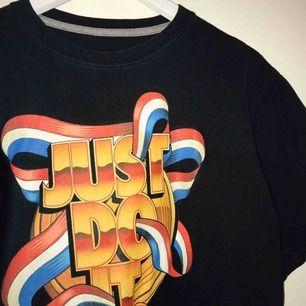 snygg vintage tröja från nike!! storlek L och funkar även mig som är S då den är lite oversize bara🌞💞