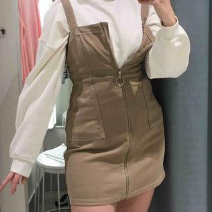 En super fin beige hängsel klänning ish! med justerbar dragkedja!! Super snyggt att ha  en större tröja under som jag visar på bilderna!😍 frakt är inkluderat i priset (63 kr)