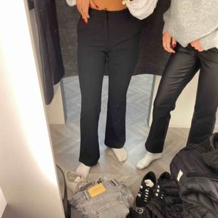 Säljer dessa utsvängda kostymbyxor från only. Super bra skick. Är 162cm lång!