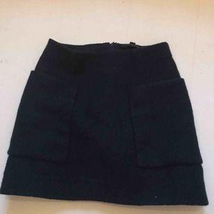 En supersnygg stickad kjol från COS i stolek 34 men passar även 36 skulle jag säga, säljer då den tyvärr är för liten för mig. I mycket bra skick och säljer för 200kr+ 40kr frakt