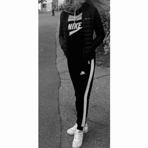 Nike set, storlek s passar även xs, säljer för 300kr  Frakt tillkommer