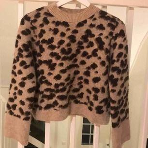 Stickad leopard tröja ifrån h&m, frakt 44kr. Fint skick! Postar med video och bildbevis