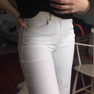 Vita ankellånga jeans från H&M med slitning vid fållen. Används alldeles för lite av mig men någon annan kanske skulle kunna ge dessa mer kärlek💞🦄 kan skicka på posten eller mötas upp i Karlstad!!