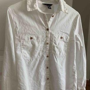 Vit skjorta i ett liknande linnematerial. Fina detaljer ✨Aldrig använd så extremt fint skick!