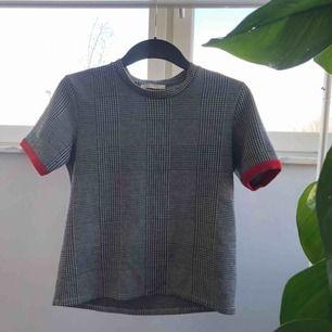 Jättefin t-shirt med röda detaljer i ärmarna! 50kr + frakt!✨