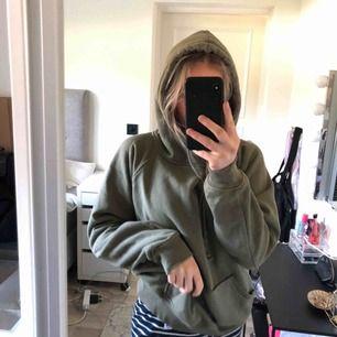 Bikbok hoodie i grön Super super super skön!!!! Testad men aldrig använd ute Köpt för 299kr
