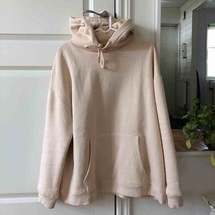 Helt oanvänd oversized hoodie från Nelly.com!  Bud från 170kr Köparen står för frakten som inte är inräknad i priset