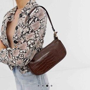 Säljer denna fina väska, köpt på ASOS. Frakten är inkluderad i priset och väskan är som ny 💜