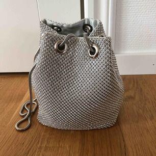 Väska ifrån Boohoo, använd endast 1 gång, säljer pga kommer inte till användning!   Bud ifrån 70kr  Köparen står för frakten som inte är inräknad i priset