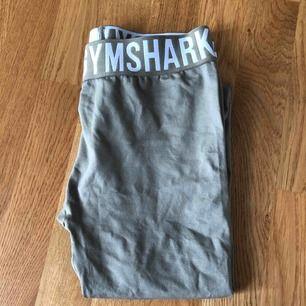 Gymshark tights, helt oanvända, säljer pga kommer inte till användning! Köparen står för frakten som inte är inräknad i priset. Högsta bud: 370kr