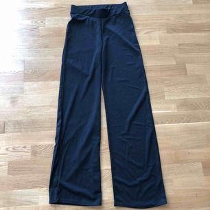 Säljer dessa helt oanvända byxor ifrån Nelly.com, säljer pga köpte fel storlek.   Bud från 200kr  Köparen står för frakten som inte är inräknad i priset