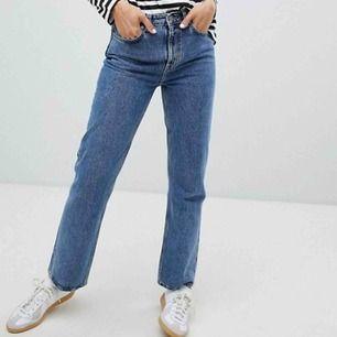 Säljer dessa jeans från Weekday i modellen Voyage, använda men i fint skick ☺️ är 169 cm lång