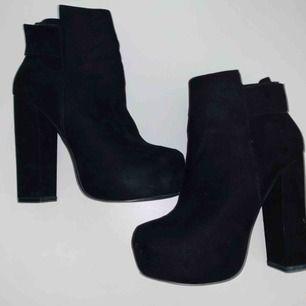 Superfina svarta högklackade skor i sammet. Köpta för 599kr och endast använda en gång på nyår. Säljes för att de inte riktigt är min stil.