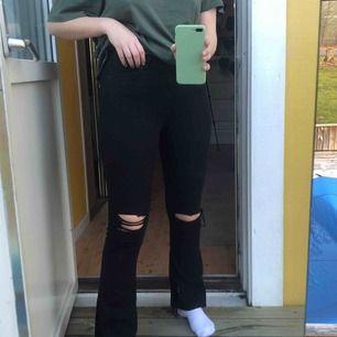 Ett par snygga bootcut jeans med hål i. Frakt 62kr