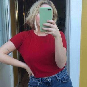 En röd t-shirt. Lite croppad.
