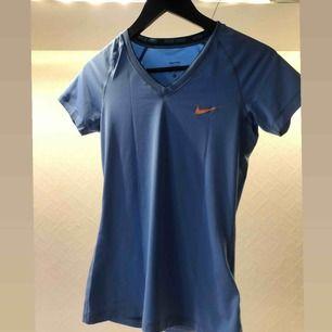 Figursydd t-shirt från Nike i ljusblå & orange logga i strl M. (Ser ut som mörkblå på bilderna men ljusblåa IRL) Skön material. Använd fåtal ggr. Så gott som ny.   OBS. 3:e bilden är för att visa passformen, ej min bild   Fastpris, skambud ignoreras